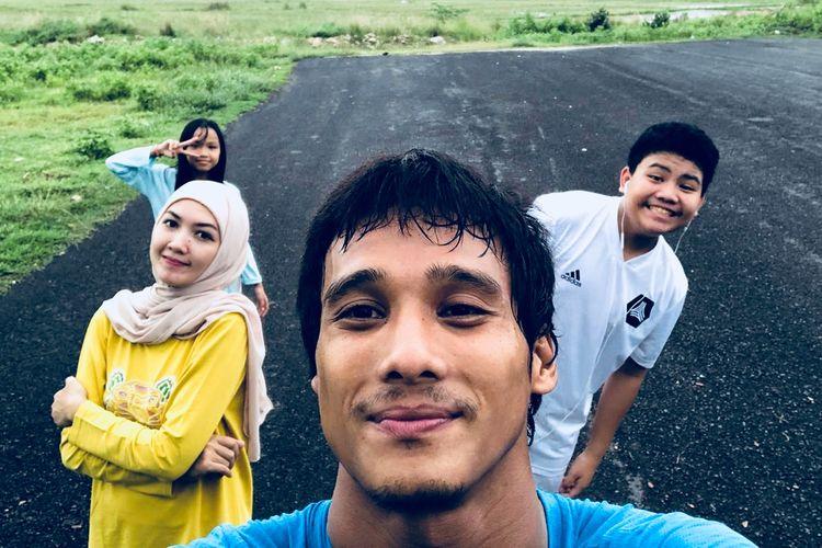 Penjaga gawang Madura United musim 2020, M. Ridho bersama istri dan kedua anaknya.