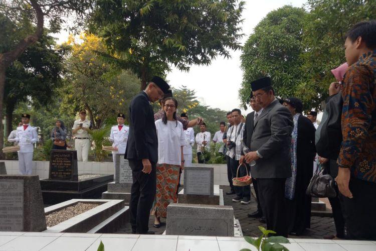 Wakil Gubernur DKI Jakarta Sandiaga Uno di makam keluarga MH Thamrin di TPU Karet Bivak, Jakarta Pusat, Jumat (8/6/2018).