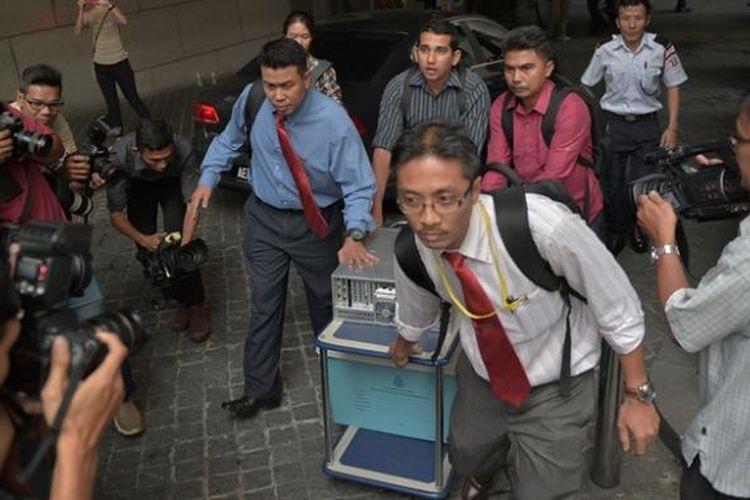 Anggota kepolisian Malaysia menyita sejumlah dokumen dari kantor 1MDB, perusahaan investasi milik pemerintah, terkait kasus dugaan aliran uang ke rekening pribadi PM Najib Razak.