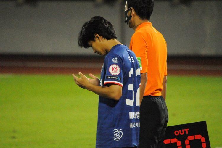Pemain Indonesia, Muhammad Iqbal, saat bertanding bersama Cheongju FC saat melawan Gimpo Citizen di Cheongju Stadium, Rabu (15/9/2021).
