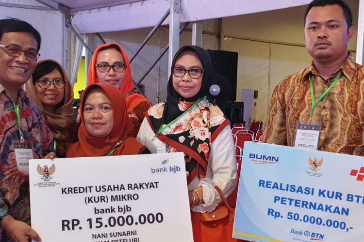 Tiga orang peternak asal Jawa Barat menerima bantuan Kredit Usaha Rakyat (KUR) dalam acara kunjungan Presiden Joko Widodo di Pondok Pesantren Miftahul Huda, Manonjaya, Tasikmalaya, Jawa Barat, Rabu (27/02/2019).