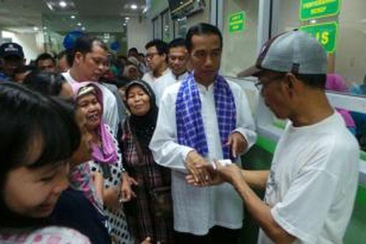 Gubernur DKI Jakarta Joko Widodo (dua dari kanan) meninjau pelayanan di RS Koja, Jakarta Utara, Jumat (13/12/2013).