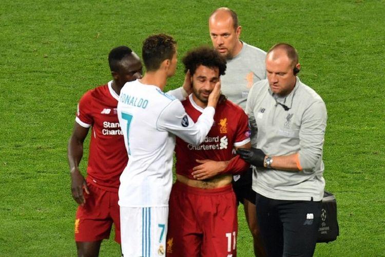 Cristiano Ronaldo menghibur Mohamed Salah yang mengalami cedera pada final Liga Champions antara Real Madrid dan Liverpool di Kiev, 26 Mei 2018.