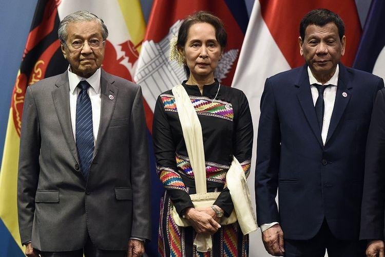 Pemimpin Myanmar Aung San Suu Kyi berada di antara PM Malaysia Mahathir Mohamad dan Presiden Filipina Rodrigo Duterte dalam sesi foto jelang pembukaan KTT Asean di Singapura, Selasa (13/11/2018).
