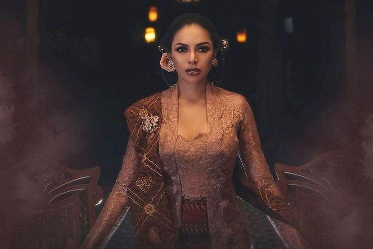 Model dan artis peran Nikita Mirzani mengenakan kebaya kutu baru rancangan Anne Avantie untuk Hari Ibu Nasional.