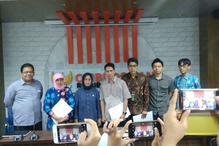 Komisioner Ombudsman Republik Indonesia (ORI) Ninik Rahayu (tiga dari kiri) bersama kuasa hukum Humprey Jefferson dan para terlapor (a.l dari Kejaksaan Agung dan PN Jakarta Pusat), Jakarta, Jumat (28/7/2017).