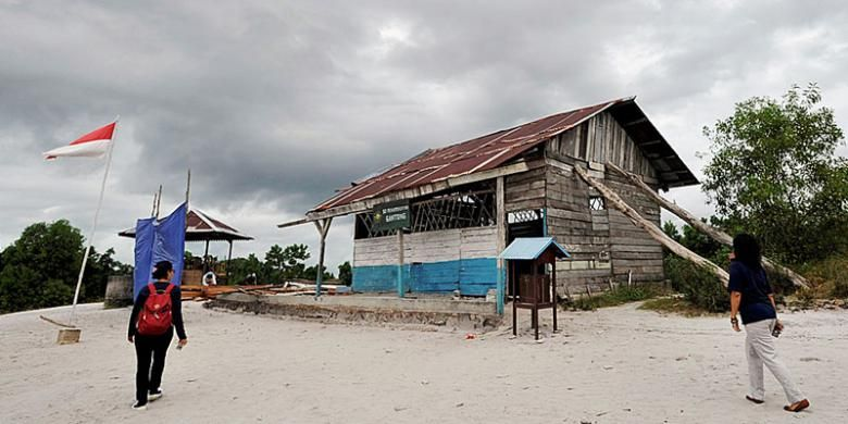 Wisatawan mengunjungi replika tempat shooting film Laskar Pelangi, SD Muhammadiyah Gantong di Kabupaten Belitung Timur, Kepulauan Bangka Belitung, Rabu (15/6/2016).
