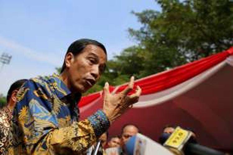 Presiden Joko Widodo saat memberikan keterangan pers terkait kasus Gubernur non-aktif DKI Jakarta Basuki Tjahaja Purnama yang ditetapkan sebagai tersangka dalam kasus penodaan agama di acara Fruit Indonesia 2016 di Lapangan Parkir Timur Senayan Jakarta, Kamis (16/11/2016).