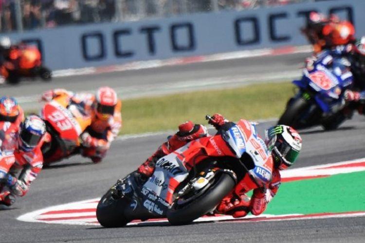 Jorge Lorenzo, Andrea Dovizioso, dan Marc Marquez memacu motornya pada GP San Marino, 9 September 2018.