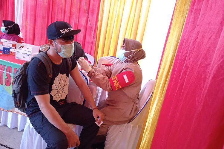 Salah satu warga Bandar Lampung yang mengikuti vaksinasi keliling Polda Lampung di El's Coffee, Senin (2/8/2021)