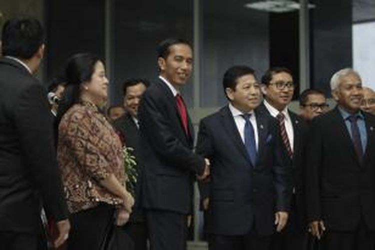 Presiden Joko Widodo bersalaman dengan Ketua DPR Setya Novanto (tengah) didampingi oleh Menko Pembangunan Manusia dan Kebudayaan Puan Maharani (dua kiri) Wakil Ketua DPR Fadli Zon (dua kanan) dan Agus Hermanto (kanan) memberikan keterangan pers seusai pertemuan di ruang Nusantara IV gedung MPR/DPR/DPD, Senayan, Jakarta, Senin (6/4/2015). Pertemuan Presiden Jokowi dan DPR ini membahas sejumlah isu, salah satunya terkait pencalonan Komjen Badrodin Haiti sebagai Kepala Polri.