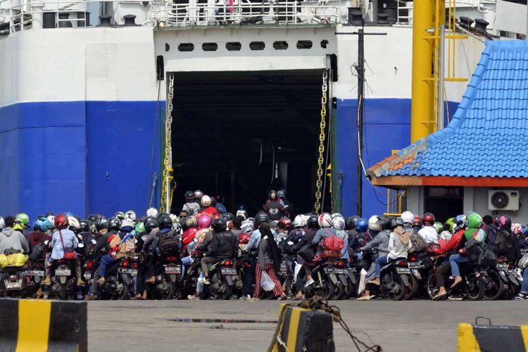 Pemudik sepeda motor antre memasuki kapal Roro di dermaga 3 pelabuhan penyeberangan Bakauheni, Lampung Selatan, Lampung, Sabtu (8/6/2019). Pemudik sepeda motor dari berbagai daerah di Sumatera secara bertahap mulai kembali ke pulau Jawa karena sebagian pemudik akan mulai bekerja pada Senin (10/6/2019).