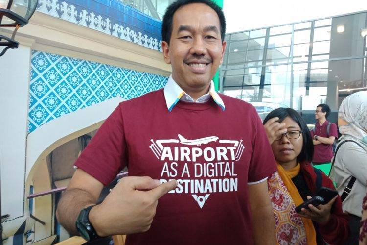 Direktur Utama Angkasa Pura II, Muhammad Awaludin menggunakan kaos destinasi digital airport saat mensosialisasikan program tersebut, di Terminal 3, Bandara Soekarno-Hatta, Cengkareng, sebagai destinasi digital baru, Jumat (26/10/2018).