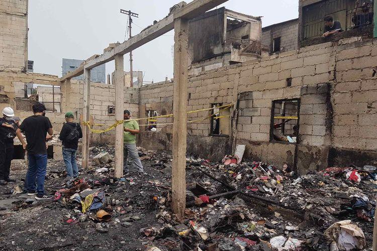 Olah TKP kebakaran yang melanda permukiman padat penduduk di Jalan Keadilan Dalam RT 002/001, Kelurahan Keagungan, Kecamatan Taman Sari, Jakarta Barat, pada Minggu (18/4/2021).