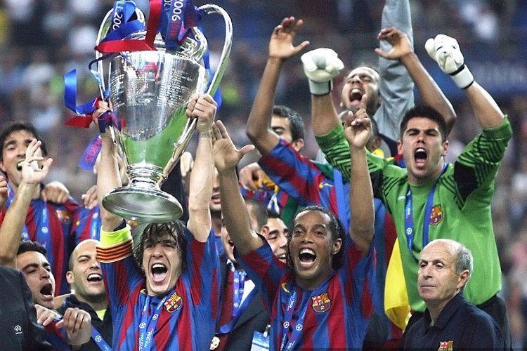 Para pemain Barcelona memegang trofi setelah memenangkan pertandingan final sepakbola Liga Champion UEFA melawan Arsenal, 17 Mei 2006 di Stade de France di Saint-Denis, Paris utara. Barcelona menang 2 banding 1.