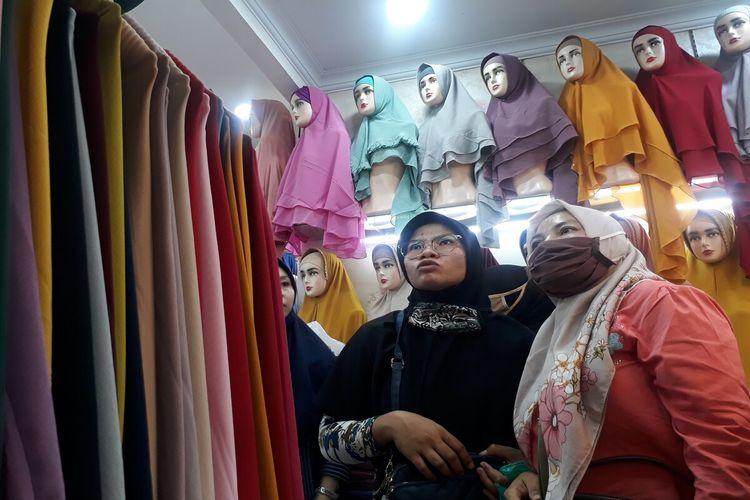 Sejumlah pembeli sedang memilih kerudung di Toko Aysa Kerudung, Pasar Anyar, Kota Bogor, Jawa Barat, Kamis (29/4/2021). Pemilik toko, Iyet mengaku, selama bulan puasa ini omzet penjualan kerudungnya meningkat dua kali lipat.