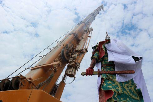 Patung Raksasa di Tuban Ditutupi Kain Putih