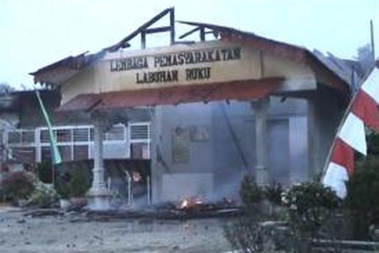 Lembaga Pemasyarakatan Labuhan Ruku setelah kerusuhan dan pembakaran, Minggu (18/8/2013).