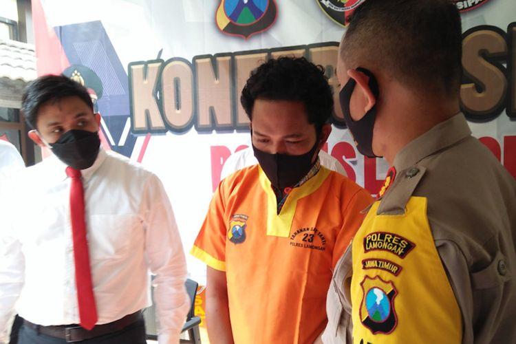 Kapolres Lamongan AKBP Miko Indrayana (kanan) didampingi Kasatreskrim Polres Lamongan AKP Yoan Septi Hendri (kiri) saat bertanya kepada pelaku di Mapolres Lamongan, Senin (24/5/2021).