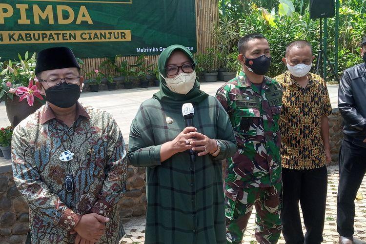 Bupati Bogor Ade Yasin dan Bupati Cianjur Herman Suherman saat melakukan pertemuan mencari solusi terkait permasalahan Puncak Bogor, Jawa Barat, Sabtu (18/9/2021).
