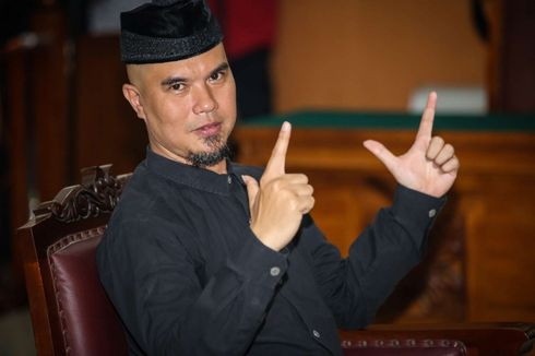 Dalam Persidangan, Ahmad Dhani Acungkan Salam Dua Jari versi Baru
