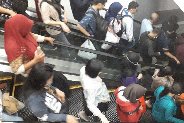 Penumpang Kereta Rel Listrik (KRL) di Peron 5 Stasiun Duri, Jakarta Barat pada Rabu (28/3/2018).