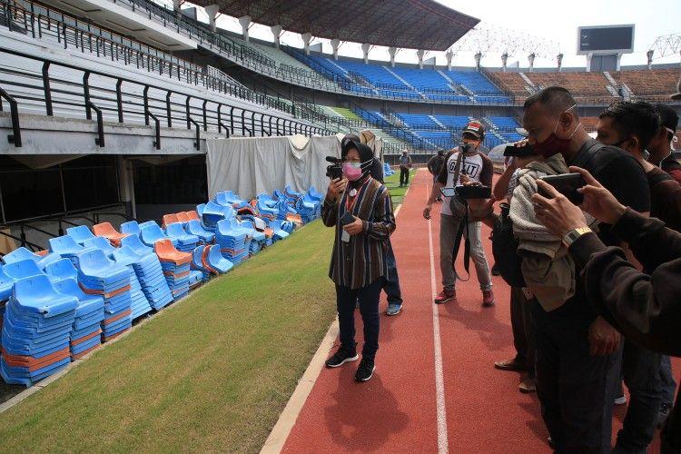 Wali Kota Surabaya Tri Rismaharini saat meninjau pembangunan dan renovasi Stadion GBT untuk persiapan Piala Dunia U-20 2021, Minggu (7/6/2020).