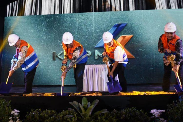 Direktur Utama PT Kereta Api Indonesia (KAI) Edi Sukmoro bersama jajarannya melakukan peletakan batu pertama untuk pembangunan KAI Boutique Hotel di Bandung, Jumat (27/9/2019).