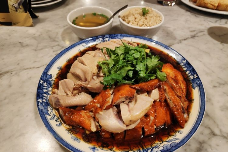 Hidangan ayam rebus, panggang, dan nasi hainan ala Wee Nam Kee.