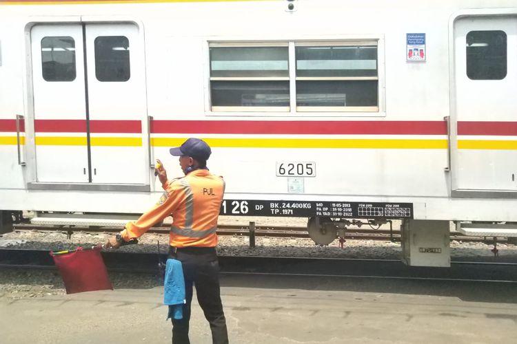 Sulaiman, petugas PJL Stasiun Ancol mmberikan bendera rambu merah yang berarti kereta akan berhenti di Stasiun Ancol pada (04/12/2019) siang hari.