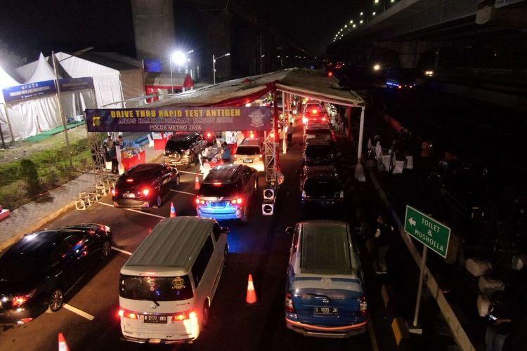 Drive Thru tes antigen secara random di kilometer 34 tol Jakarta-Cikampek, Minggu (16/5/2021) malam.