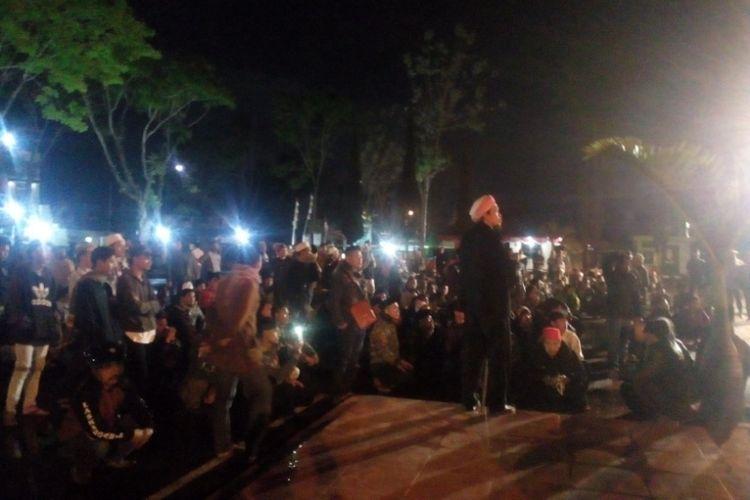 Massa berkumpul di depan Mapolres Garut mengawal pelaporan kasus pembakaran bendera pada Senin (22/10/2018) malam