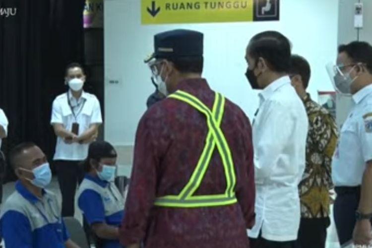 Presiden Joko Widodo berbincang dengan peserta vaksinasi saat meninjau pelaksanaan vaksinasi Covid-19 di Pelabuhan Pelindo II Tanjung Priok, Kamis (10/6/2021).