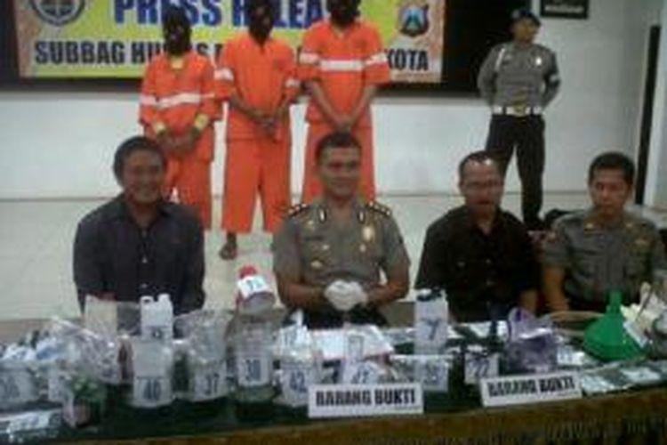 Aparat Polda Jatim dan Satuan Reskoba Polresta Malang menggelar kasus penggerebekan industru rumah sabu-sabu di Kabupaten Pasuruan, Jawa Timur, Kamis (25/7/2013).