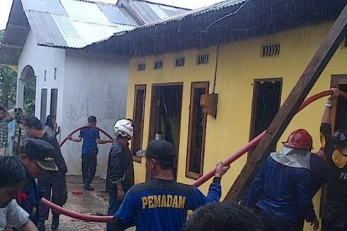 Rumah Terbakar di Bawah Guyuran Hujan