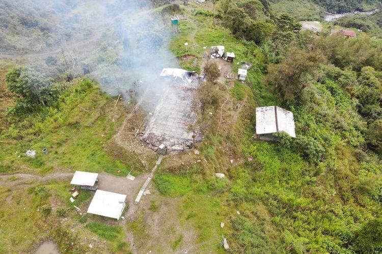 Tampak sebuah gereja di Kampung Opitawak, Distrik Tembagapura, Kabupaten Mimika, Papua, terbakar, Kamis (12/3/2020)