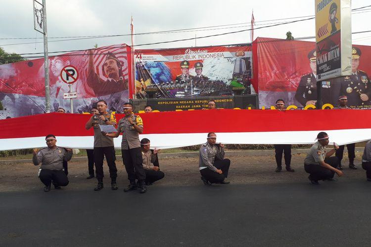 Pembentangan merah putih raksasa di jalur Pantura Probolinggo.