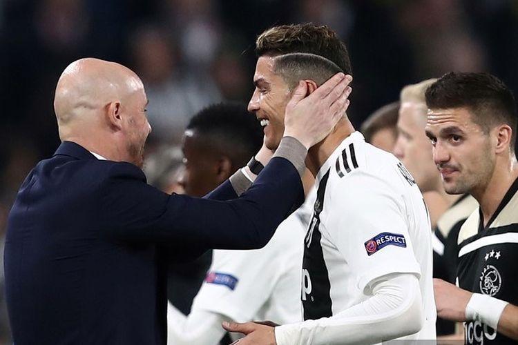 Erik Ten Hag berbincang dengan Cristiano Ronaldo pada pertandingan Juventus vs Ajax Amsterdam dalam perempat final Liga Champions di Stadion Allianz, 16 April 2019.