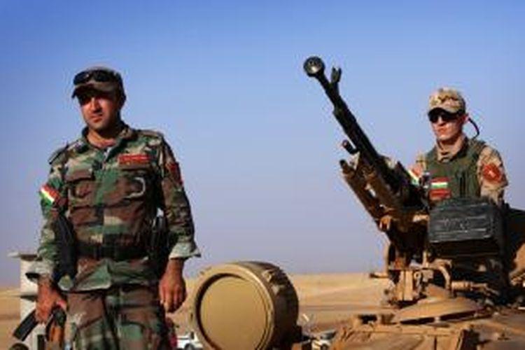 Pasukan Kurdi, Peshmerga, bersiaga di sebuah pos penjagan di sebelah barat ibu kota wilayah otonomi Kurdi, Arbil.