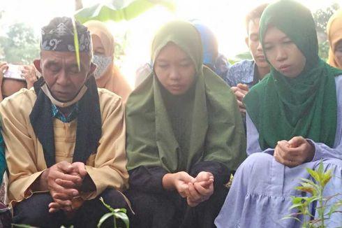 Tiba di Tasikmalaya, Kembar Trena Treni Kunjungi Makam Ibu, Kompak Berkerudung Hijau