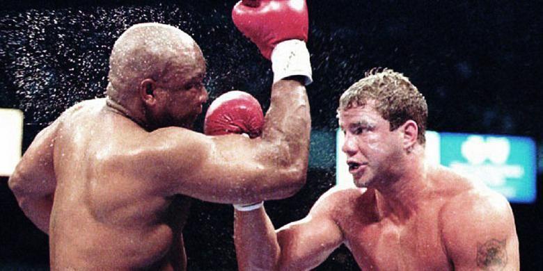 Tommy Morrison (kanan) dan pukulan telak yang mengkanvaskan George Foreman (kiri) pada 7 Juni 1993. Mantan Juara Dunia Tinju Kelas Berat WBO ini meninggal di Omaha, Minggu (1/9/2013) malam.