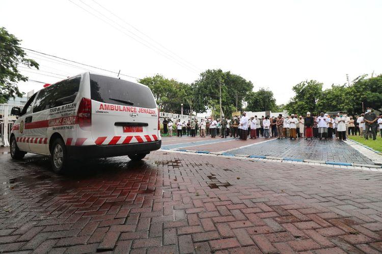 Wali Kota Habib Hadi menjadi imam salat jenazah untuk jenazah Wakil Wali Kota HMS Subri yang berada di dalam mobil ambulans.