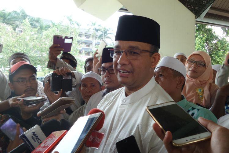 Calon gubernur DKI Jakarta Anies Baswedan usai menghadiri acara di masjid At Tin, TMII, Jakarta Timur, Senin (24/4/2017).