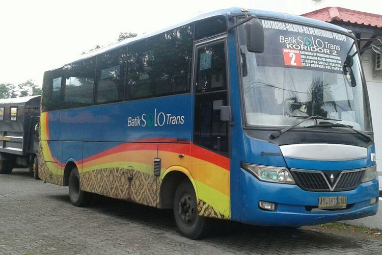 Bus BST yang terlibat kecelakaan di rel bengkong Jalan Slamet Riyadi terparkir di parkiran kompleks Satlantas Polresta Surakarta di Solo, Jawa Tengah, Senin (11/12/2017).