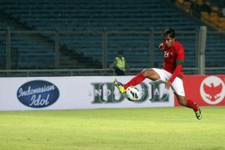 Pemain Timnas Indonesia Zulham Zamrun mencoba mengontrol bola dalam pertandingan yang digelar di Stadion Utama Gelora Bung Karno, Jakarta, Jumat (1/11/2013). Indonesia menggelar laga persahabatan lawan Kirgistan sebagai persiapan melawan Cina dan Irak dalam pra Piala Asia pertengahan November mendatang.