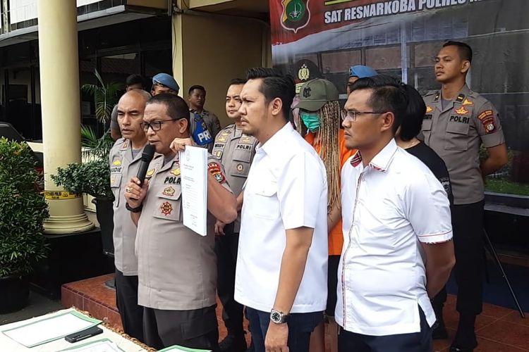 Kabid Humas Polda Metro Jaya, Kombes Pol Yusri Yunus Tunjukan Surat Putusan Pengadilan Negeri Jakarta Selatan soal pergantian nama Lucinta Luna di Polres Jakarta Barat, Kamis (13/2/2020).