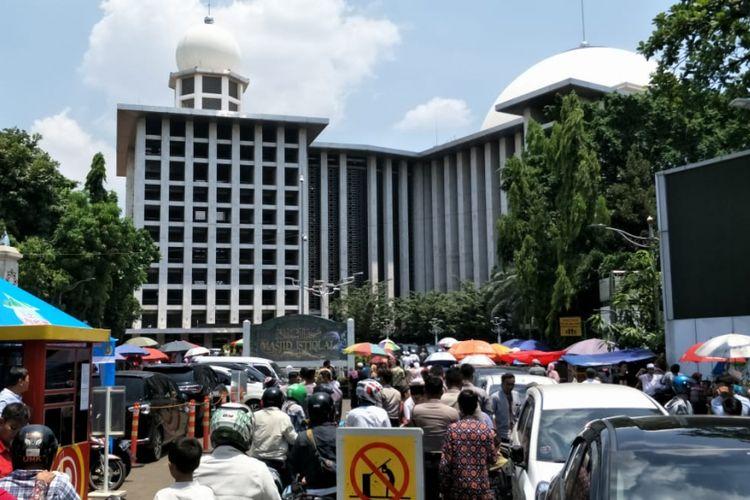 Jemaah umat Islam bersiap-siap melaksanakan sholat Jumat di Masjid Istiqlal, Jakarta Pusat, Jumat (30/3/2018).