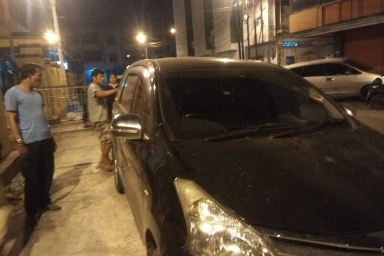 Kaca mobil yang dikemudikan RM Lumbangaol pecah di bagian belakang dan samping kanan kiri dan boci lecet-lecet setelah dilempari batu oleh sekelompok orang diduga geng motor pada Jumat malam (24/1/2020).