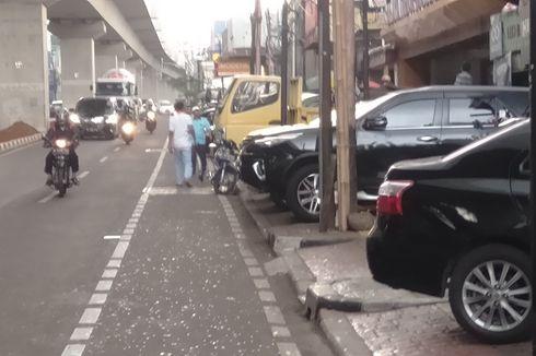 Dampak Pembangunan MRT Bikin Mobil Kerap Parkir di Trotoar Jalan RS Fatmawati
