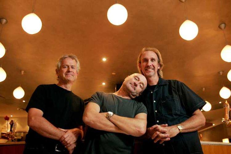 Anggota Genesis (kiri ke kanan) Tony Banks, Phil Collins, dan Mike Rutherford akan tampil di Toronto besok malam di lapangan BMO. Di sini mereka berpose di Air Canada Centre setelah wawancara duduk dengan Greg Quill sang Bintang.